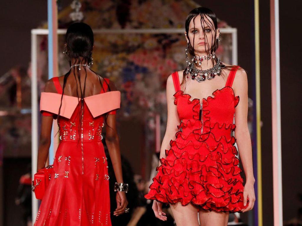 Foto: Koleksi Terbaru Alexander McQueen di Paris Fashion Week