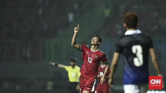 Pemain Timnas Indonesia Lerby Eliandry menjadi pemain pertama yang mencatatkan namanya di papan skor di menit ke-32. Lerby memanfaatkan umpan yang dilepaskan oleh Febri Hariyadi. (CNN Indonesia/Adhi Wicaksono).