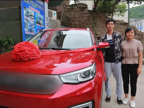 Romantis dan Unik, Pria Ini Belikan Istrinya Mobil Pakai Uang Berbentuk Hati
