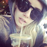 Emma Roberts juga mengaku tergila-gila dengan kopi. Beberapa kali ia tertangkap tangan sedang menyeruput minuman yang ternyata dalam sebuah penelitian dinyatakan bisa menghambat kerusakan pada DNA, sehingga terhindar dari melanoma. (Foto: Instagram @emmaroberts)
