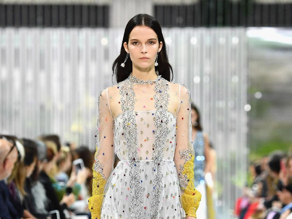 Foto: 25 Koleksi Terbaru Valentino di Paris Fashion Week