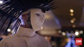 Mengenakan topeng putih, salah seorang model berjalan dengan hiasan kepala ranting hitam di atas kepala. Sementara lainnya, ada yang bertopeng hitam dengan hiasan kepala putih. Rinaldy A Yunardi membuat kejutan di peragaan terbarunya, di Central Department Store, Grand Indonesia, Kamis (5/10). (Foto: CNN Indonesia/Hesti Rika)