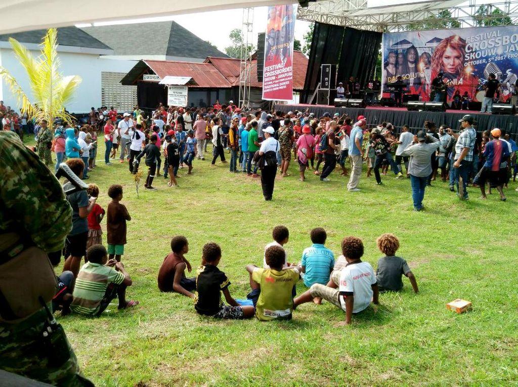Kegiatan diisi dengan Festival Musik Band yang dibawakan oleh Band Lokal dari Papua Dave Solution dan dari Negara tetangga PNG Mixmate Band serta acara di meriahkan juga oleh artis Nasional Nania Idol Performance dari Jakarta. Dok. Penkostrad.