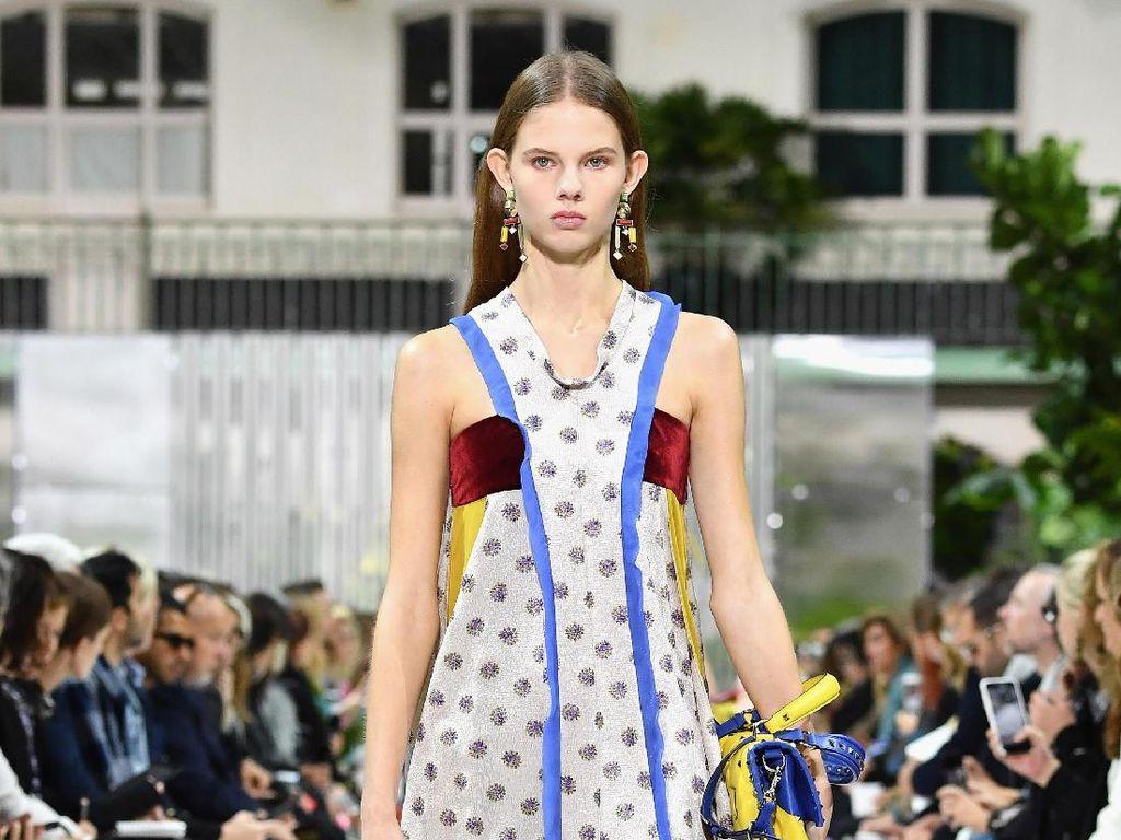Foto: 25 Koleksi Terbaru Valentino di Paris Fashion Week