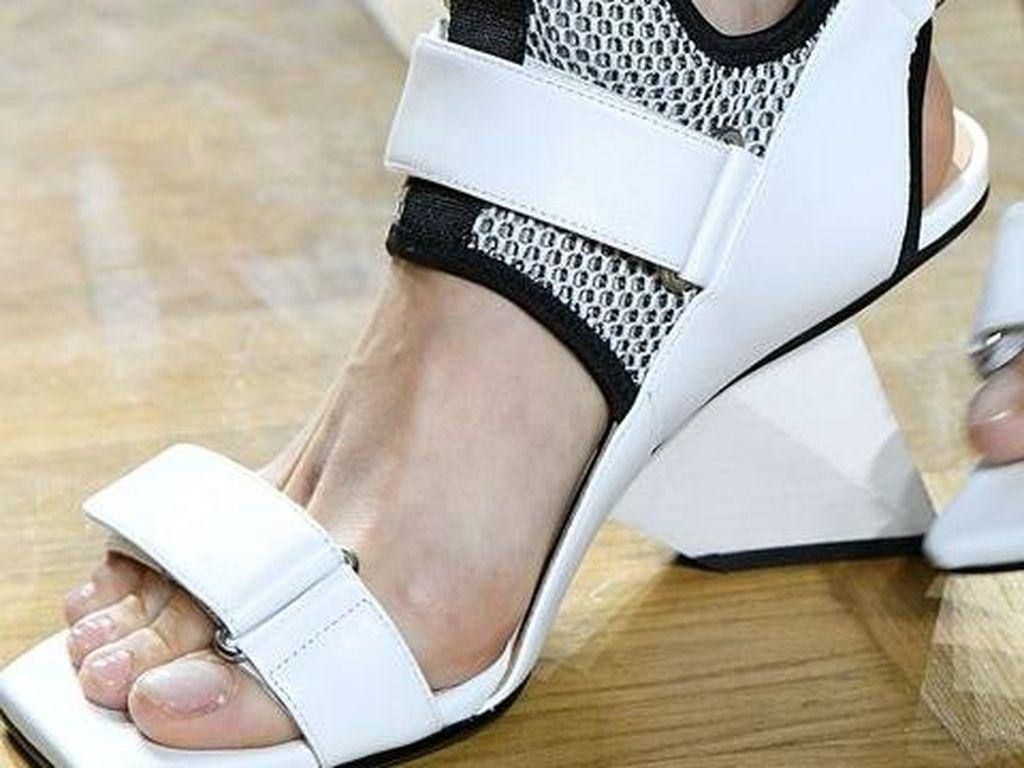 Foto: 10 Sepatu Unik dari Paris Fashion Week