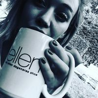 Pantas saja Hilary Duff memiliki kulit yang mulus dan terlihat bercahaya. Salah satu minuman favoritnya yakni kopi memang bisa membantu proses regenerasi kulit. Kopi juga dapat mempertahankan hidrasi pada kulit dan meningkatkan elastisitasnya. (Foto: Instagram @hilaryduff)