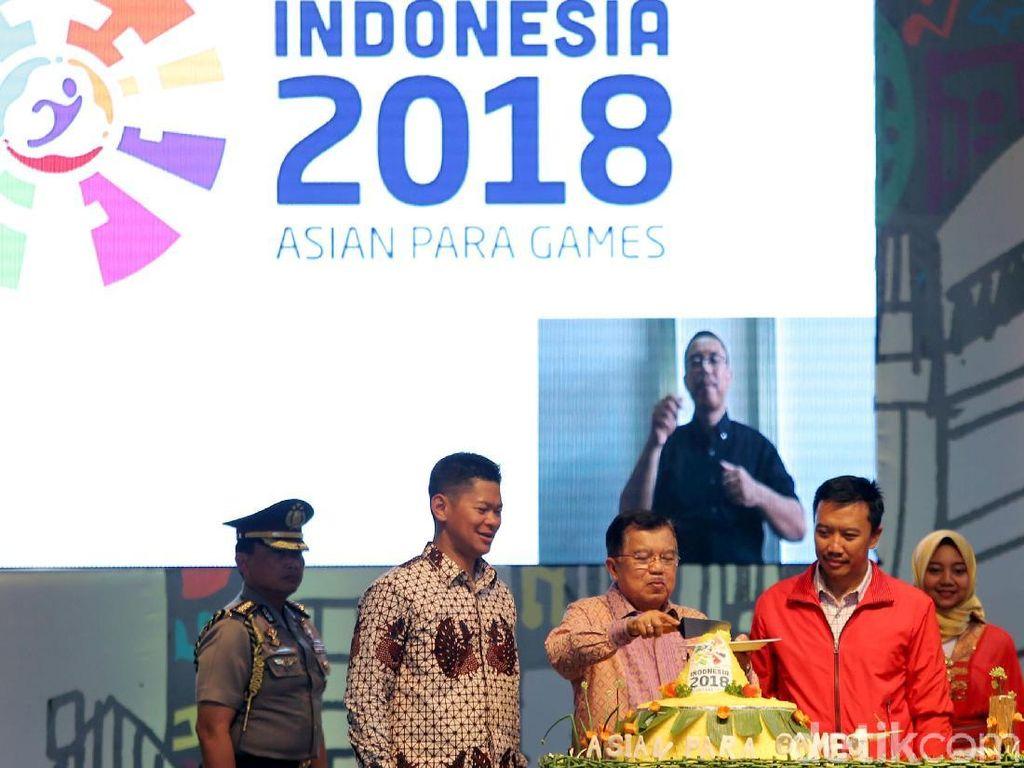 Wapres JK memotong tumpeng dengan disaksikan Ketua Panitia Penyelenggara Asian Para Games 2018 Raja Sapta Oktohari dan Menpora Imam Nahrawi di Jiexpo, Kemayoran, Jakarta, Jumat (6/10/2017).