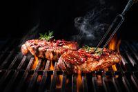 Memasak daging di atas api terbuka atau panggangan memang membuat sensasi makanan terasa lebih nikmat. Namun ketika lemak yang ada pada daging terkena bara api, maka terbentuk HCA atau heterocyclic amines yang bersifat karsinogenik. Nah sifat inilah yang dapat memicu kanker. Foto: Thinkstock