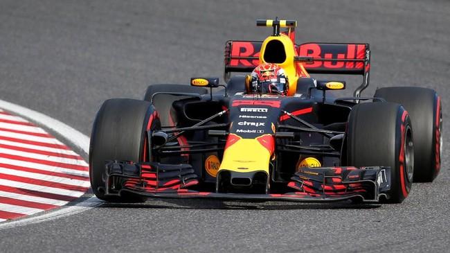 Pebalap Red Bull Racing Max Verstappen sempat memberi tekanan kepada Lewis Hamilton hingga lap terakhir, tapi pebalap asal Belanda itu gagal menyalip Hamilton hingga balapan berakhir. (REUTERS/Toru Hanai)