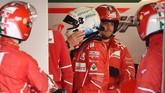 Sebastian Vettel ketika masuk paddock Ferrari usai gagal finis di GP Jepang. Vettel untuk kali kedua, setelah GP Singapura, gagal finis musim ini. (REUTERS/Kazuhiro Nogi/Pool)
