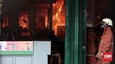Pemadam kebakaran berupaya meredamkan api di salah satu toko cuci cetak film foto yang ikut dilahap oleh si jago merah. Kebakaran tersebut diduga disebabkan oleh arus pendek listrik dari salah satu cafe di Jalan Sabang, Jakarta Pusat, Minggu (8/10). (CNN Indonesia/Andry Novelino).