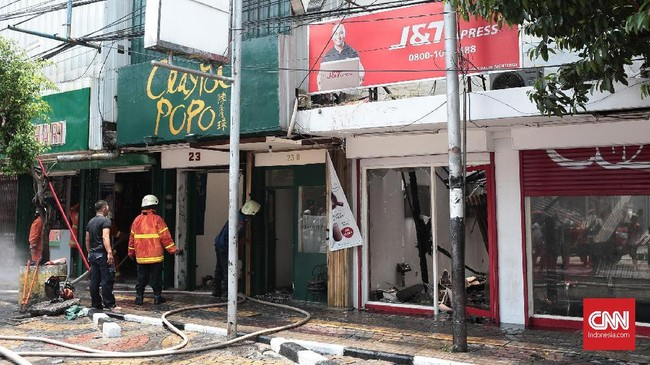 Kebakaran di Jalan Sabang, Jakarta Pusat, menghanguskan empat toko. Kebakaran tersebut diduga disebabkan oleh arus pendek listrik dari salah satu cafe yang ikut terbakar, Minggu (8/10). (CNN Indonesia/Andry Novelino).