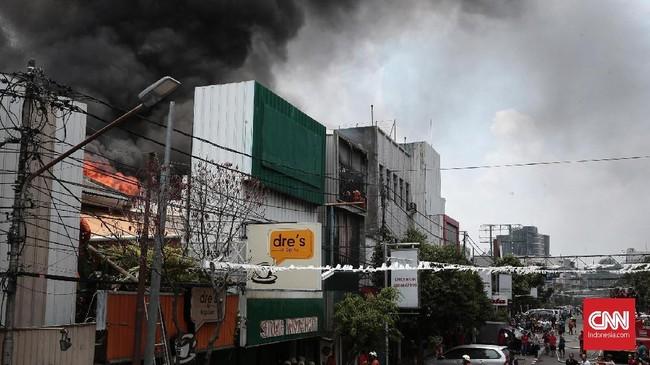 Kabut asap menyelimuti Jalan Sabang. Kebakaran di jalan Sabang, Jakarta Pusat, menghanguskan empat toko. Jakarta Pusat,Minggu(8/10). Kebakaran tersebut diduga disebabkan oleh arus pendek listrik dari salah satu cafe yang ikut terbakar. (CNN Indonesia/Andry Novelino).