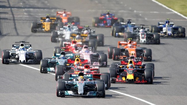 Memulai balapan GP Jepang di Sirkuit Suzuka, Minggu (8/10), dari posisi pole, Lewis Hamilton meraih start yang cukup impresif. (REUTERS/Toru Hanai)