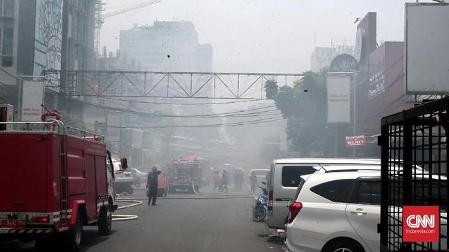 Kabut asap menyelimuti Jalan Sabang. Kebakaran di jalan Sabang, Jakarta Pusat, menghanguskan empat toko. Jakarta Pusat, Minggu(8/10). Kebakaran tersebut diduga disebabkan oleh arus pendek listrik dari salah satu cafeyang ikut terbakar. (CNN Indonesia/Andry Novelino).