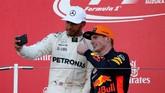 Lewis Hamilton melakukan selfie dengan Max Verstappen di atas podium GP Jepang. Verstappen untuk kali kedua meraih podium setelah memenangi GP Malaysia. (REUTERS/Toru Hanai)