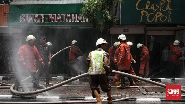 Kebakaran di Jalan Sabang, Jakarta Pusat, menghanguskan empat toko. Petugas pemadam kebakaran berhasil memadamkan api sekitar pukul 12 siang tadi, Minggu (8/10). (CNN Indonesia/Andry Novelino).