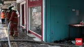 Kebakaran di Jalan Sabang, Jakarta Pusat, menghanguskan empat toko. Kebakaran tersebut diduga disebabkan oleh arus pendek listrik dari salah satucafeyang ikut terbakar. (CNN Indonesia/Andry Novelino).
