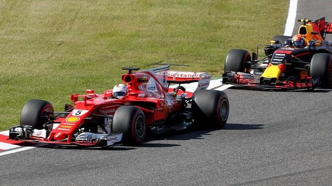 Pebalap Ferrari Sebastian Vettel sempat memberi tekanan kepada Lewis Hamilton di beberapa tikungan awal GP Jepang. (REUTERS/Toru Hanai)