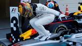 Pebalap Mercedes Lewis Hamilton merayakan kemenangan usai balapan GP Jepang. Pebalap asal Inggris itu meraih kemenangan kedelapannya musim ini. (REUTERS/Toru Hanai)