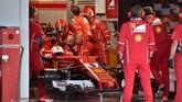 Ferrari mengambil keputusan untuk menarik Sebastian Vettel masuk paddock saat lap keempat berakhir. Pebalap asal Jerman itu pun tidak melanjutkan balapan. (REUTERS/Kazuhiro Nogi/Pool)