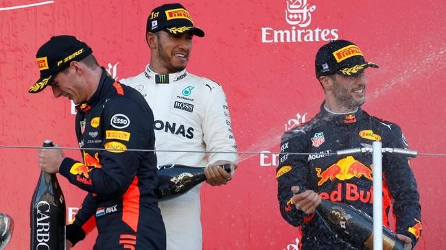 Lewis Hamilton finis di depan duo Red Bull Racing Max Verstappen (kiri) dan Daniel Ricciardo (kanan). Kemenangan di GP Jepang membuat Hamilton kini unggul 59 poin atas Sebastian Vettel. (REUTERS/Toru Hanai)