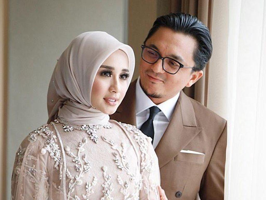Foto: Gaya Hijab Laudya Cynthia Bella Pakai Baju Pengantin Tak Biasa