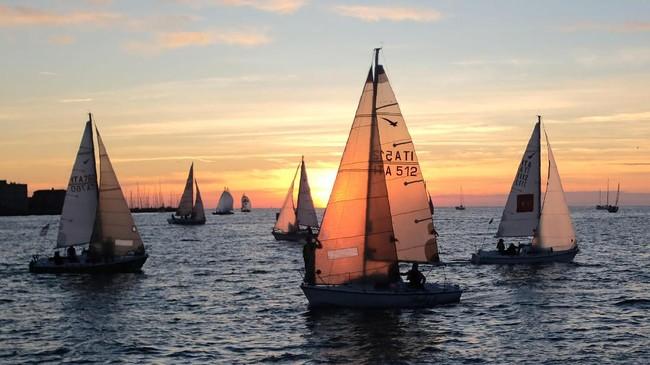 Turis yang datang biasanya menginap di kapal pesiar atau yacht-nya. Ada juga yang memilih kemping di sekitar pantai, untuk menikmati pesta semalam suntuk.