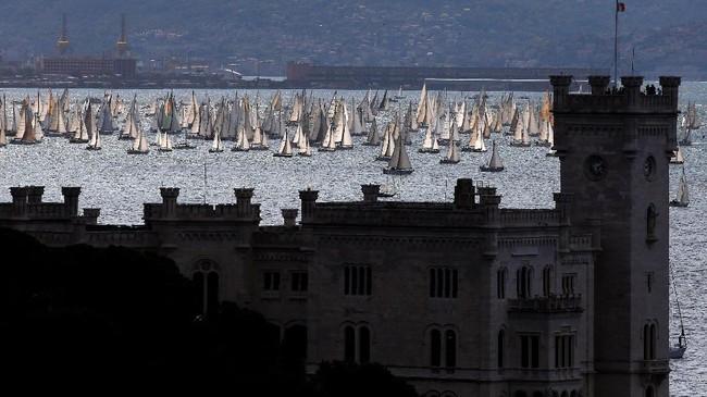 Bukan Barcelona, melainkan Barcolana. Meski namanya kalah populer dengan Barcelona, namun Barcolana memiliki ajang kapal pesiar dan yacht tahunan terbesar di dunia.