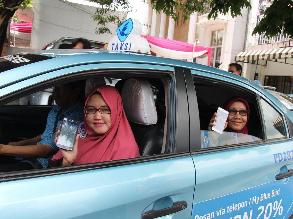 Untuk memberikan pengalaman menggunakan Aplikasi My Blue Bird para jurnalis dan blogger pada Sabtu, 7/10/17 dengan menelusuri icon di Palembang, yaitu Benteng Kuto Besak, Jembatan Ampera, Masjid Agung Sultan Mahmud Badaruddin, dan Monumen Perjuangan Rakyat (Monera). Dok. Blue Bird.