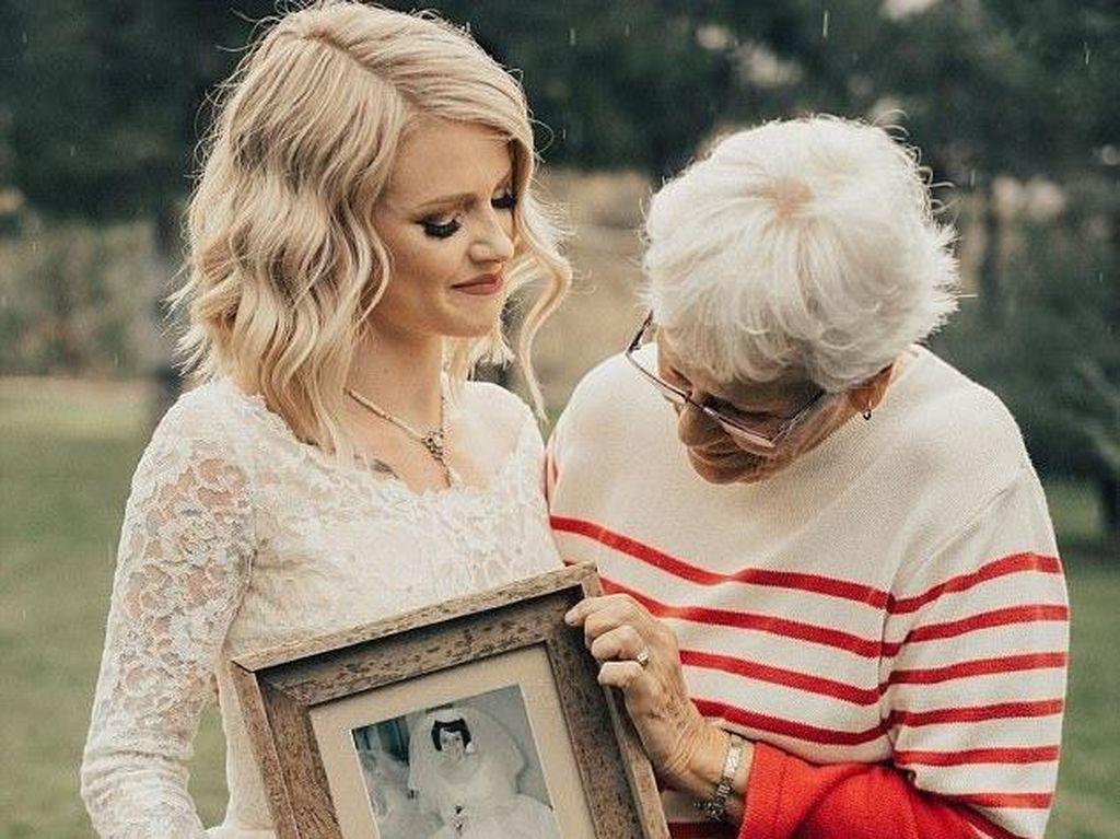 Momen Haru Saat Cucu Pakai Gaun Pengantin Neneknya di Hari Pernikahan