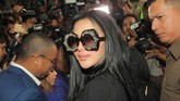 Kacamata super besar Syahrini juga bernuansa blink-blink. (CNN Indonesia/Andry Novelino)