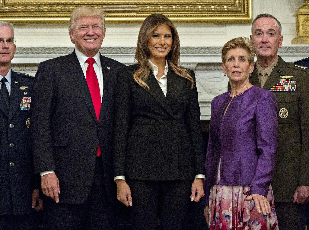 Gaya Melania Trump Tampil Profesional dengan Setelan Serba Hitam