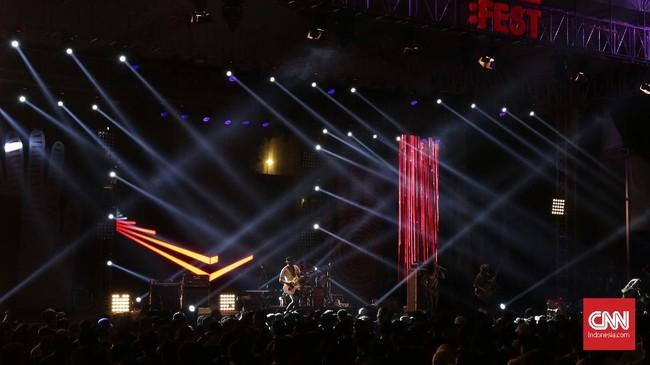 Mereka ikut bernyanyi bersama ketika Slank melantunkan lagu hit seperti Pulau Biru, Poppies Lane Memory dan Mawar Merah. (CNN Indonesia/ Hesti Rika)