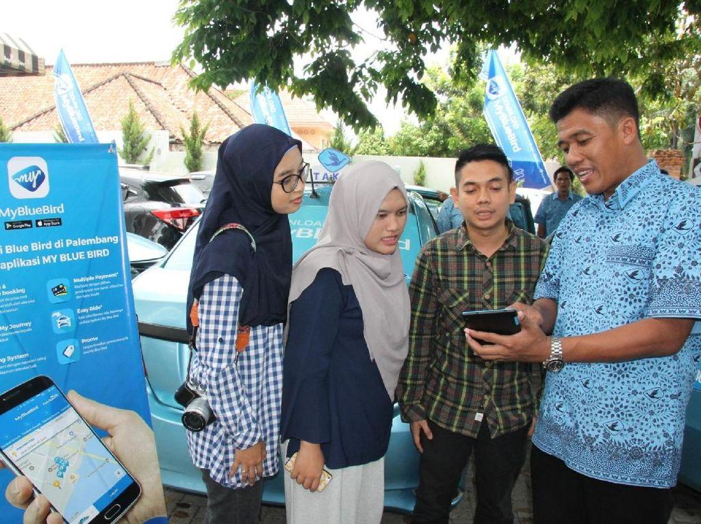 Ery Yusnovi, Branch Manager Blue Bird Pool Palembang, memberikan penjelasan penggunaan Aplikasi My Blue Bird.kepada peserta dari Bloger untuk permainan Jelajah Kota Palembang. Dok. Blue Bird.