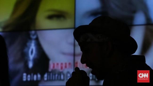 Tak hanya bisa bersenang-senang menonton band idola di panggung. Synchronize Fest 2017 juga menyediakan Both Hello Dangdut, di mana pengunjung bebas berkaraoke menyanyikan lagu dangdut, genre musik yang dianggap asli Indonesia. (CNN Indonesia/ Hesti Rika)