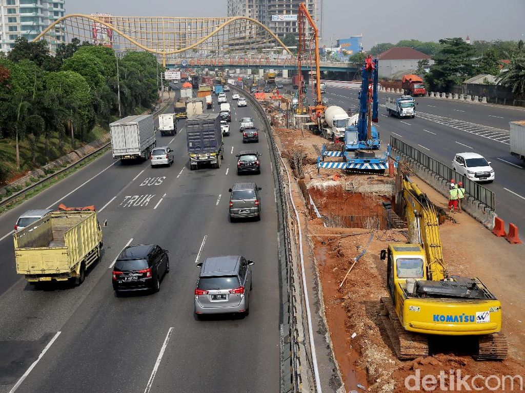 Jalan Tol Jakarta-Cikampek II (Elevated) yang membentang di Ruas Cikunir-Karawang Barat merupakan jalur alternatif bagi pengguna jalan tol yang akan menuju ke Cikampek maupun Bandung.