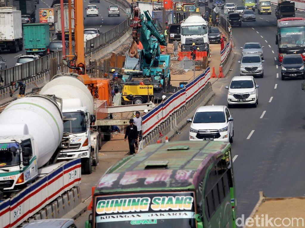 Jalan tol sepanjang kurang lebih 38 km dikelola oleh kelompok usaha Jasa Marga, PT Jasamarga Jalan layang Cikampek (JJC).