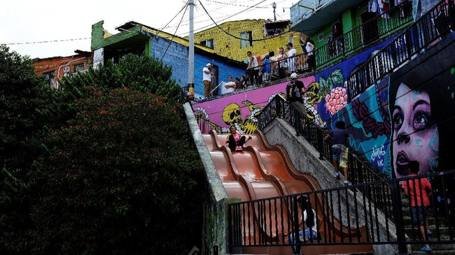 Masyarakatnya lalu berkolaborasi untuk membuat area ini menjadi lebih apik. Tembok-tembok dihiasi graffiti, pagelaran seni budaya juga sering digelar.
