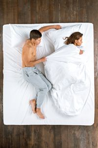 Untuk memastikan hubungan ranjang baik-baik saja, pasutri baiknya juga menyepakati suhu kamar yang baik untuk tidur. Secara umum, tidur dalam ruangan yang sejuk akan membantu tidur lebih baik. Tapi kembali lagi pada kesepakatan bersama, agar kualitas tidur lebih baik dan tidak sampai mengakibatkan pertikaian yang tidak perlu. Foto: Thinkstock