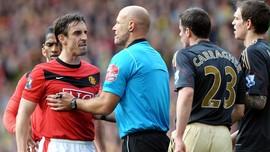 Jadi Komentator Liverpool vs MU, Neville Gebrak-gebrak Meja