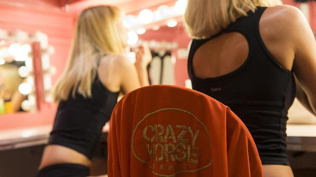 Tiga anak Bernardin sempat mewarisi bisnis itu sampai 2005. Le Crazy Horse Saloon kemudian berpindah tangan dan tak hanya ada di Paris. Mereka buka 'cabang' di Las Vegas. (AFP PHOTO / GEOFFROY VAN DER HASSELT)