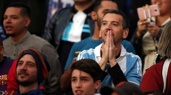 <p>Suporter Timnas Argentina yang hadir di stadion terlihat tegang. Pasalnya, tim Tango tidak pernah menang di markas Ekuador dalam babak penyisihan Piala Dunia sejak 2001. (REUTERS/Edgard Garrido)</p>
