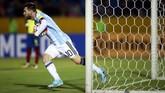 <p>Timnas Argentina bereaksi cepat. Pada menit ke-11, Lionel Messi menyamakan kedudukan setelah membobol gawang Ekuador lewat sontekan kaki kiri. (REUTERS/Edgard Garrido)</p>