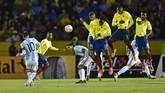 <p>Lionel Messi terus mengancam pertahanan timnas Ekuador, salah satunya melalui tendangan bebas yang gagal membuahkan gol. (AFP PHOTO / Rodrigo BUENDIA)</p>