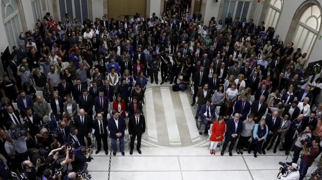 <p>Menanggapi keputusan ini, Wakil PM Spanyol, Soraya Saenz de Santamaria, menganggap Puigdemont adalah