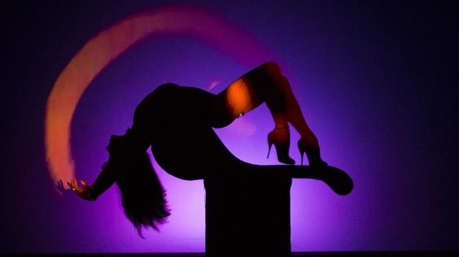 Setiap pertunjukan biasanya berlangsung selama 90 menit, dan ada temanya masing-masing. Namun para perempuan telanjang tak sekadar memamerkan tubuh. Mereka juga punya keahlian seni untuk tampil menari diselingi humor yang membuat penonton tertawa dan terhibur. (AFP PHOTO / GEOFFROY VAN DER HASSELT)