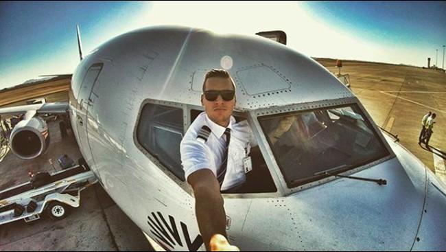 Pilot Ganteng yang Hobi Pamer Perut Six Packs