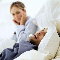 Mendengkur, baik disadari atau tidak, adalah masalah bagi mereka yang mendengarnya. Satu data studi menunjukkan, orang yang tidur di samping orang dengan kebiasaan tidur waktu tidurnya terpotong satu jam. Untuk mengatasi ini, pasutri harus saling mendukung untuk mengatasi dengkuran dari salah satu pasangan, seperti dengan melakukan terapi mendengkur atau sekedar mengubah posisi bantal. Foto: Thinkstock