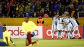 <p>Para pemain timnas Argentina merayakan gol yang dicetak Lionel Messi. Skor 3-1 untuk Tim Tango mampu bertahan hingga pertandingan berakhir. (REUTERS/Edgard Garrido)</p>